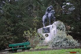 Resultado de imagen de estatua del medico rural