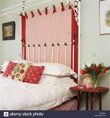 Blasses Grün Schlafzimmer Mit Rot Weiß Gestreiftes Tuch Auf Halb