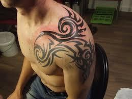 тату на плече абстракции мужские тату на плече татуировки на