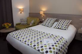 room for 3 people 3 single beds
