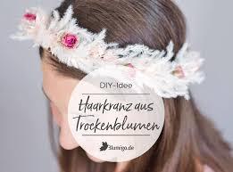 Die meist verwendeten kombinationen von zöpfen, die wir heute benutzen, stammen aus diesen zeiten. Haarkranz Aus Trockenblumen Selber Machen Flower Crown Diy Blumigo
