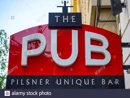 Bucarest, Rumania - 29 de abril de 2020: Un ligero signo publicitario del  PUB Pilsner único Bar Franchising concepto se ve, en Bucarest Fotografía de  stock - Alamy