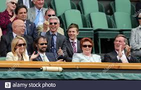 Tennis - Wimbledon - All England Lawn Tennis & Croquet Club, Wimbledon,  England - 26/6/12 ehemaliger Triple Jump Athlet Jonathan Edwards (C) in der  königlichen Box auf dem Center Court mit Autor