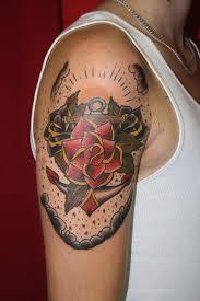 тату в стиле олд скул на плече парня розы и якорь фото рисунки