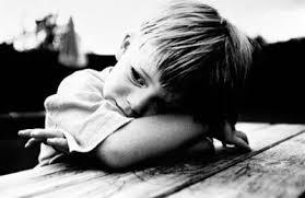 Resultado de imagem para criança triste escrevendo carta