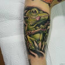 ящерица с высунутым языком тату на голени у парня добавлено иван