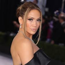 Jennifer lopez could qualify to be a wedding planner, and she might be as good as mary fiore!lopez is single after splitting from her fiancé alex rodriguez.prior to getting engaged to the former. J Lo Brought Her Love Don T Cost A Thing Hairstyle Back For Its 20th Anniversary Allure