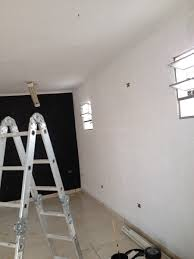 Outra opção que visa diminuir o tempo de execução da obra é revestir a parede com argamassa de cimento, esperar que a mistura fique seca e, na sequência, aplicar o gesso. Como Proceder Para Aplicar Gesso No Teto Habitissimo