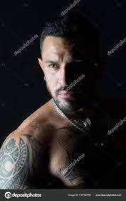 Vousatý Muž S Tetovaná Kůže Muž S Vousy Na Neoholený Obličej Macho