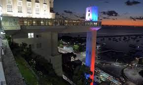 Em homenagem às vítimas em Nice, Elevador Lacerda recebe cores da França