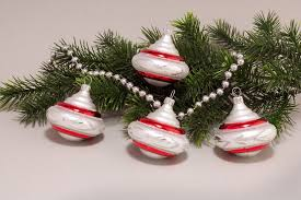 4 Kreisel Weiß Matt Rot Geschwungene Streifen Weihnachtskugeln Aus Glas