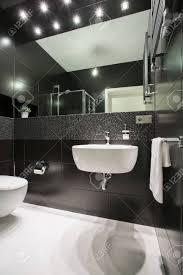 Foto Der Kleinen Exklusiven Schwarzen Und Weißen Badezimmer