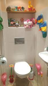 het was wat improviseren met de ruimte want mijn huidige toilet is iets minder groot maar met een plankje dat ik op maat zaagde en bovenop de tegels liet