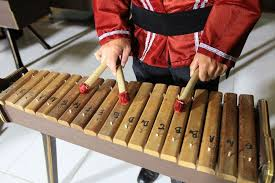 Contoh alat musik yang menggunakan instrumen idiophone : Kolintang Alat Musik Tradisional Sulawesi Utara
