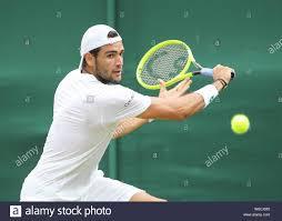 Italienische Tennisspieler Matteo Berrettini spielen Rückhand geschossen  während 2019 Wimbledon Championships, London, England, Vereinigtes  Königreich Stockfotografie - Alamy