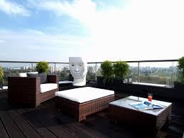 modern balcony scene romeo juliet