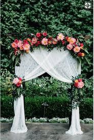 les voilages sont mis en valeur par l éclat des couleurs des fleurs pour une fl weddingdiy wedding arch