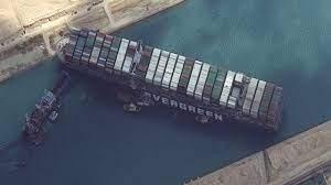 เผยคลิปนาที เรือยักษ์หันแรงขวางคลองสุเอซ ทั่วโลกลุ้นปฏิบัติการกู้เรือ