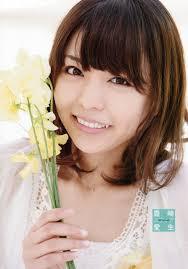 黄色い花を持った豊崎愛生