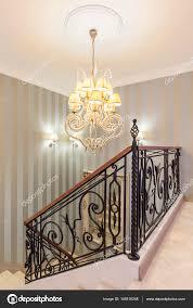 Schöne Kronleuchter In Einem Luxuriösen Flur Stockfoto