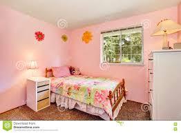 Rosa Scherzt Schlafzimmer Mit Weißem Möbel Und Teppichboden