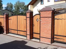 распашные ворота с калиткой из дерева