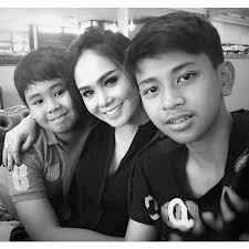 FOTO: Kedekatan Manis Yuni Shara Dengan 2 Jagoan Remajanya - Kapanlagi.com