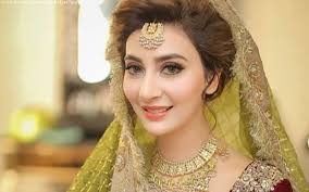 the jewellery was asian bridal and plimented her hairdo and makeup she is absolutely gorgeous on her mehndi without going all out or making