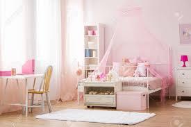 Mädchen Schlafzimmer Mit Rosa Himmelbett Schreibtisch Und Stuhl