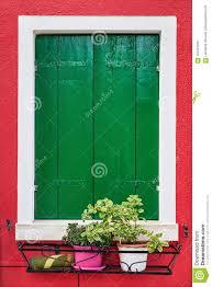 Fenster Mit Grünen Fensterläden Auf Roter Wand Von Häusern Mit