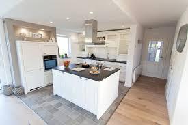 inselküche oxford im landhausstil in esche weiß lackiert