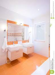 Badezimmer In Der Orange Farbe Stockbild Bild Von Spiegel Wanne