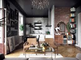 Woonkamer Met Een Eclectisch Interieur En Een Zwart Plafond