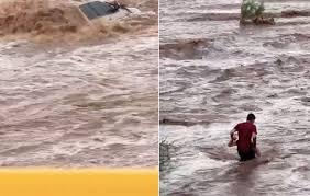 Captan rescate de mujer atrapada en desbordamiento de arroyo en BCS