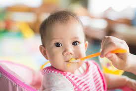 Bé ăn dặm - bữa ăn đầu tiên của bé nên như thế nào? - Earthmama