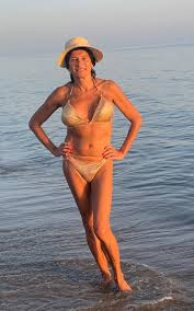 Il selfie in bikini di Vladimir Luxuria e le altre star over 50 dal corpo  senza età