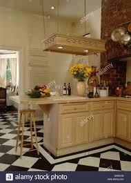 Schwarz Weiß Schachbrettmuster Bodenbelag In Hellen Holz Küche