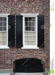 Windows Backsteinmauer Schwarze Fensterläden Stockfoto Bild Von