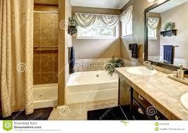 Vasche Da Bagno Con Doccia : Interno del bagno con la vasca da e doccia fotografia