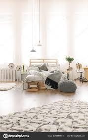 Schlafzimmer Mit Bett Diy Palette Stockfoto Photographeeeu