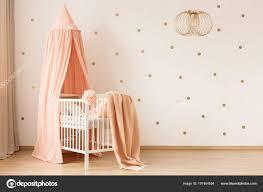 Gouden Lamp Pastel Baby Slaapkamer Interieur Met Canopied Wieg Tegen