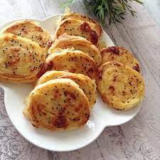 Hayırlı akşamlar , Çok pratik çok lezzetli börek tarifiyle geldim....  Patatesli rulo börek Malzemeleri 5 yufka İçi için   Yemek tarifleri, Yemek,  Gıda