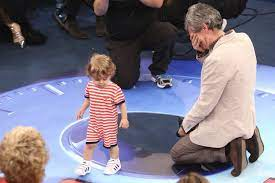 Que fofura! Filho de Serginho Groisman invade palco de programa para  abraçar apresentador - Fotos - R7 Famosos e TV