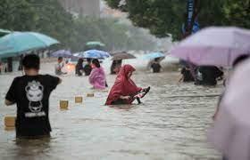 """الصين: 12 قتيلا وإجلاء 200 ألف شخص جراء فيضانات وصفها شي جينبينغ بأنها  """"خطيرة للغاية"""""""