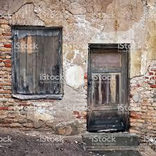 Alte Fenster Und Türen Mit Rissige Wand Stockfoto Und Mehr Bilder