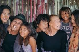 Dalam foto tersebut, morgan nampak berpelukan mesra dengan luna. 10 Pemotretan Keluarga Luna Maya Selalu Saling Menguatkan
