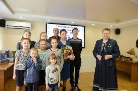 Семья года молодая золотая многодетная Тюменские известия  Мама восьмерых детей Марина Заватская имеет орден Родительская слава и медаль Материнская слава вручает дипломы многодетным тюменским семьям