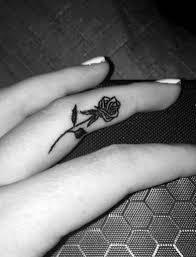 татуировки на пальцах рук у девушек со значением 100 идей с фото