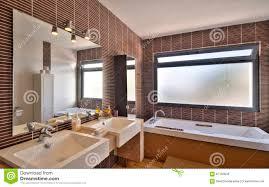 Bagni Moderni bagni moderni di lusso : Bagno Moderno In Villa Di Lusso Immagine Stock - Immagine: 67102645