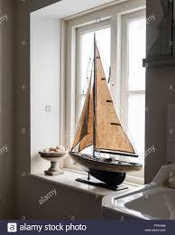 Vintage Modell Segelboot Auf Der Fensterbank Des 18